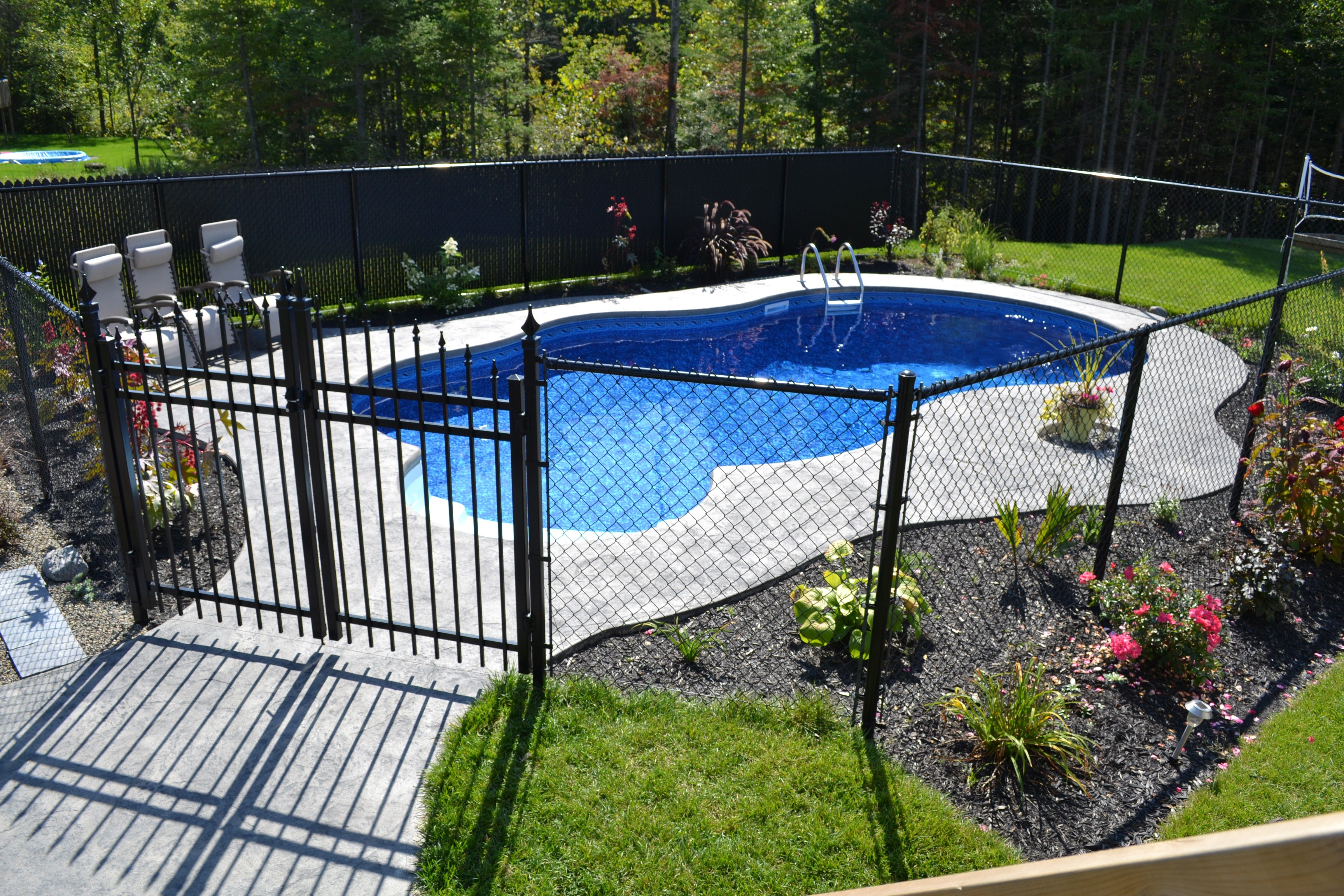 Landscaping fences piscines val morin signature for Cloture fer forge pour piscine